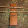 小旗用の竹の節を削るカンナ